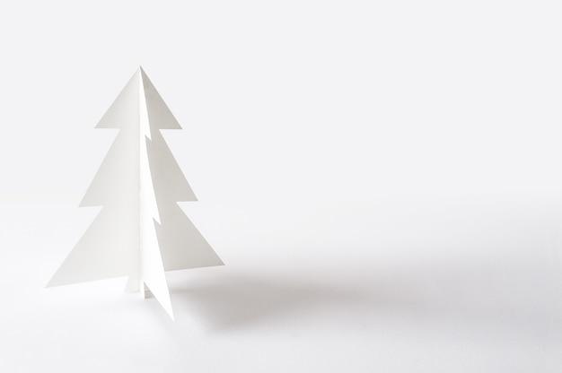 Arbre de noël isolé sur fond blanc. papier d'arbre de noël.