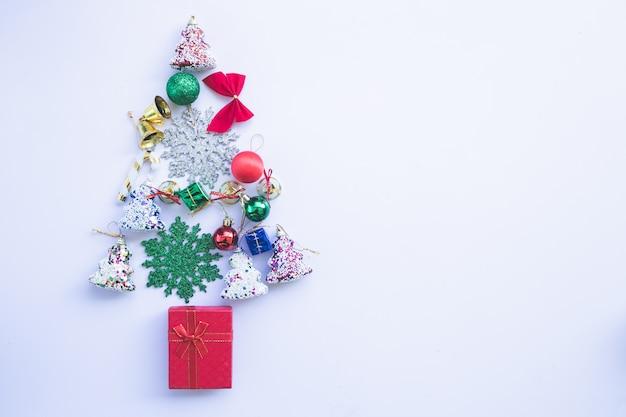 Arbre de noël or décoré avec ornement patchwork coeurs étoiles artificielles présente pour le nouvel an isolé avec fond blanc