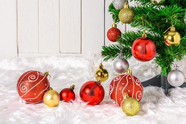 Arbre de noël et ornements avec des coffrets cadeaux