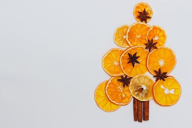 Arbre de noël à partir de tranches d'orange séchées et d'épices