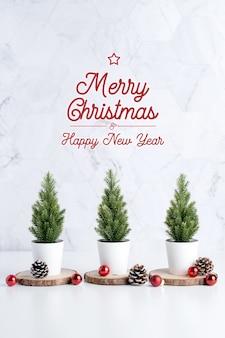 Arbre de noël avec pomme de pin et décor boule de noël, joyeux noël et bonne année carte de voeux