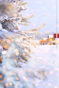 Arbre de noël recouvert de neige, peint bokeh magique brillant