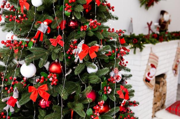 L'arbre de noël se tient près des cadeaux