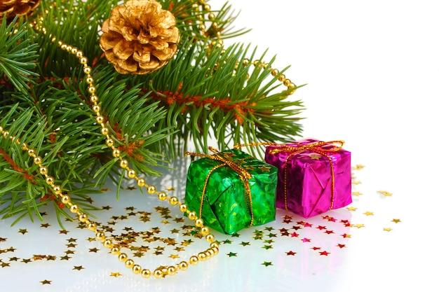 Arbre de noël vert avec cadeau et cônes isolés sur une surface blanche