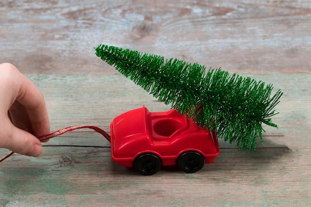Arbre de noël vert sur petite voiture. concept de célébration de vacances de noël.