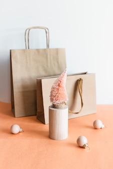 Arbre de noël zéro déchet avec des sacs en papier brun