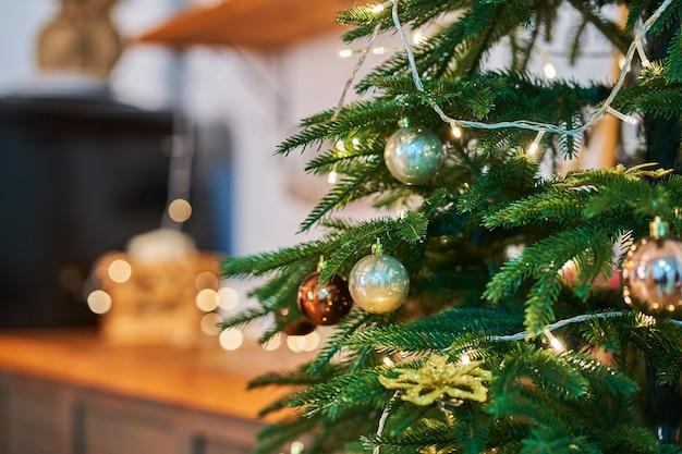 L'arbre vert festif du nouvel an est décoré de guirlandes et de décorations de noël.