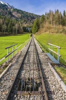 Arbres et chemin de fer au pied du mont stanserhorn en suisse début mai