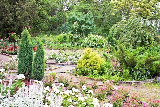 Arbres et fleurs dans la conception de paysage de jardin