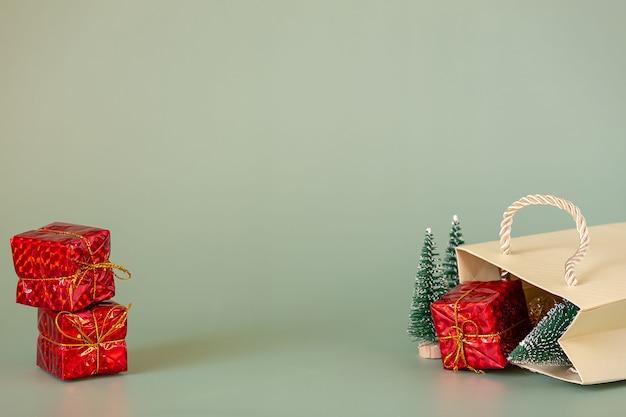 Arbres de noël et cadeaux dans l'emballage. concept de cadeau de noël.