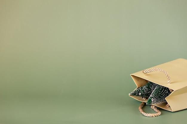 Arbres de noël dans le paquet. concept de cadeau de noël.