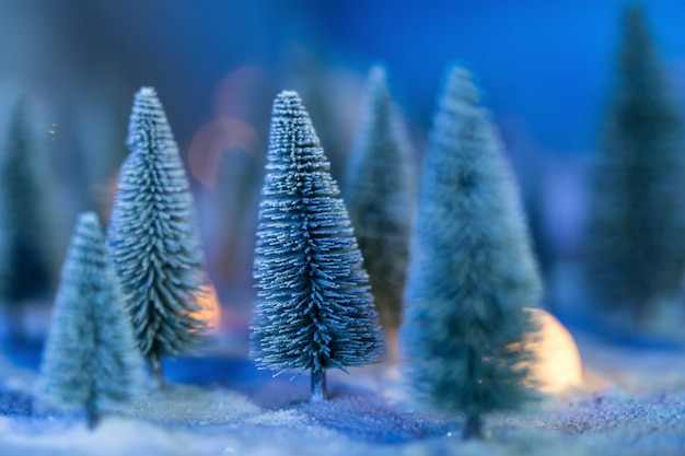 Arbres de noël avec neige lourde et bokeh
