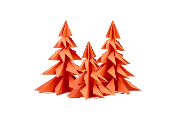 Arbres de noël de papier rouge isolés sur blanc