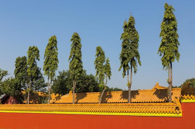Arbres verts derrière le mur du temple