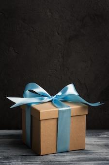 Arc bleu avec boîte à cadeaux faite main