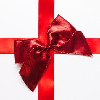 Arc cadeau rouge avec ruban de soie