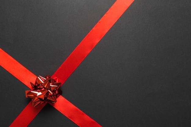 Arc cadeau avec ruban rouge