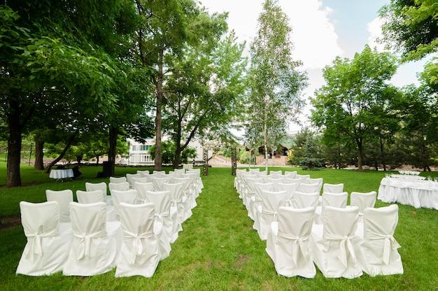 Arc et chaises de mariage
