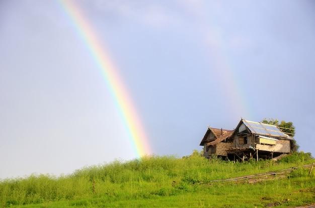 Arc-en-ciel sur la cabane