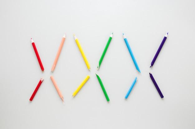 Arc-en-ciel composé de six crayons de couleur