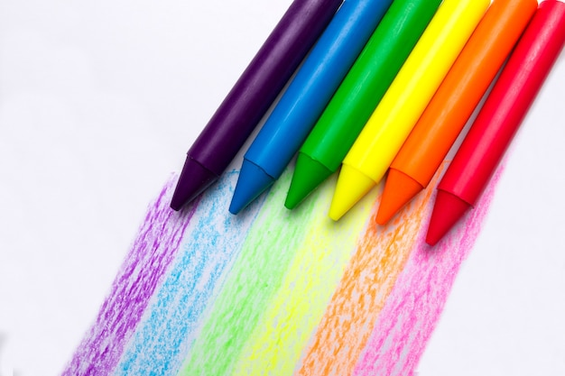 Arc-en-ciel de crayons sur fond blanc. symbole des relations homosexuelles. lgbt