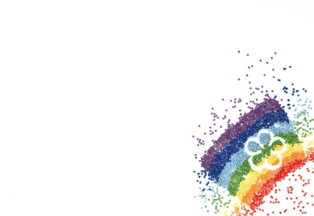 L'arc-en-ciel de cristaux colorés en forme de fleur pour la broderie au diamant, mosaïque sur blanc.