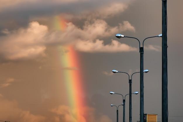 Arc-en-ciel lumière coucher de soleil nuage sombre