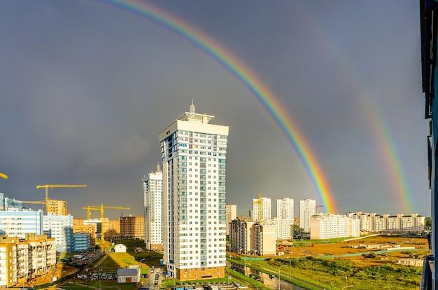 L'arc-en-ciel s'étend sur les immeubles de grande hauteur de la ville.