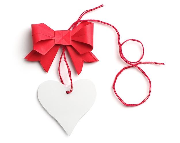 Arc avec un coeur en papier et chiffre huit sur blanc