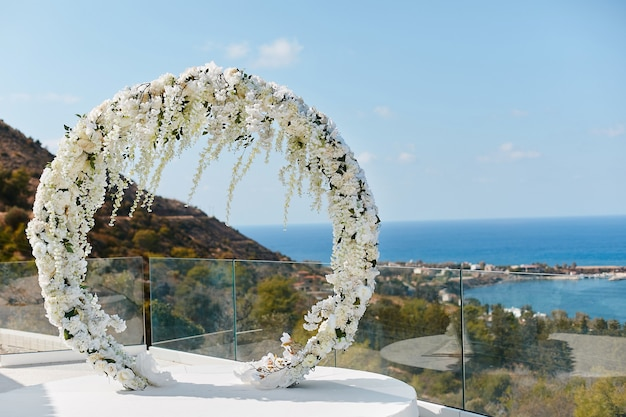 Arc floral de mariage rond de fleurs fraîches à l'extérieur