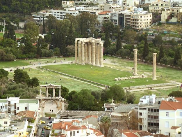 Arc d'hadrien et temple de zeus olympien, vus de la colline de l'aréopage ou de la colline de mars, athènes, grèce