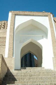 L'arc et les marches le design extérieur de l'ancien registan à samarkand architecture of asia