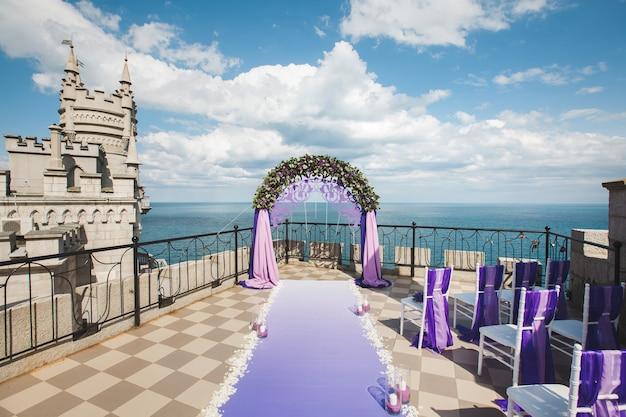 Arc de mariage de couleur pourpre sur le fond de la mer.