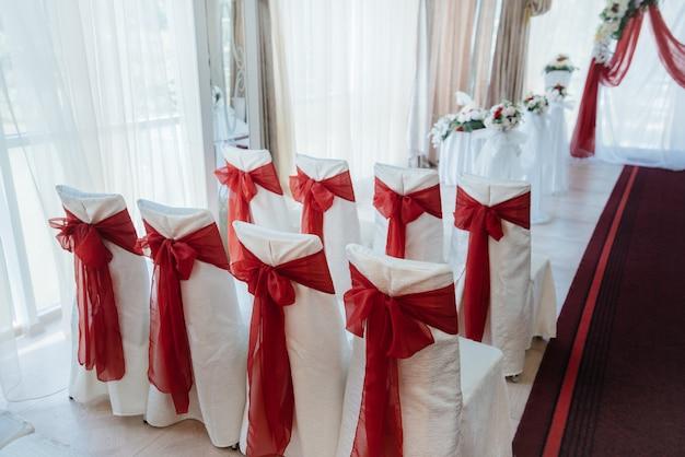Arc de mariage décoré moderne, pour la cérémonie de mariage.