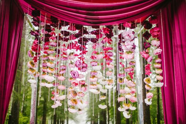 Arc de mariage avec des pétales de fleurs