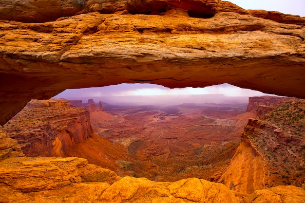 Arc de mesa dans le parc national de canyonlands dans l'utah