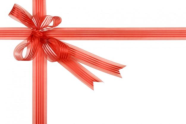 Arc de ruban cadeau rouge isolé sur fond blanc