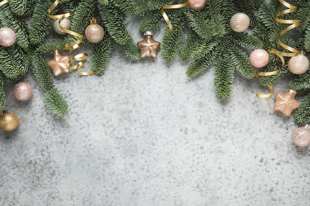 Arche d'hiver de noël avec des branches de sapin et des boules d'or