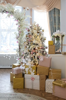 Arche de mariage en arbre de décorations de noël et cadeaux