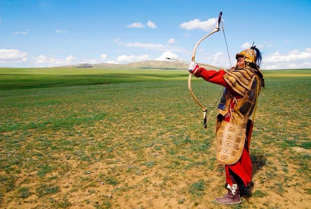 Archer blindé complet visant à tirer.