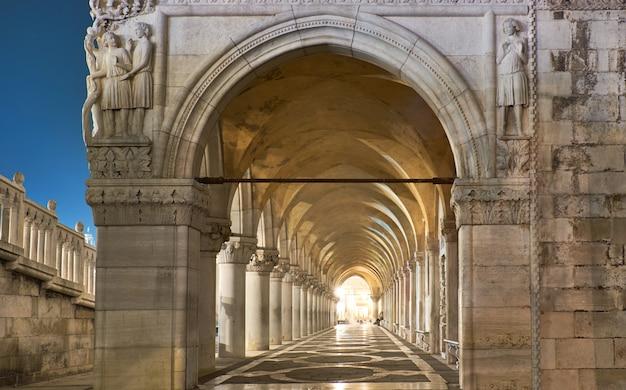 Arches anciennes du palais des doges sur la place saint-marc à venise
