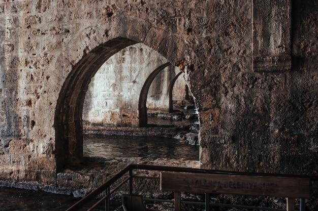 Arches antiques de la grotte de la forteresse d'alan