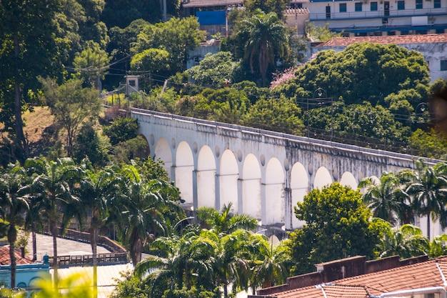 Arches de lapa vu du haut du quartier de santa teresa à rio de janeiro, brésil.