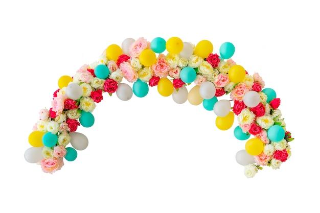 Arches de nombreux ballons colorés isolés sur fond blanc