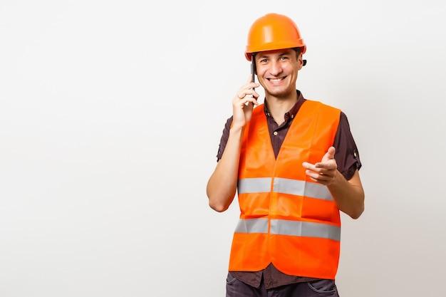 Architecte au téléphone et casque de protection isolated on white
