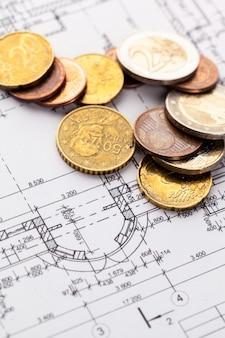 Architecte avion et pièces de monnaie, investissement dans le nouveau concept de maison