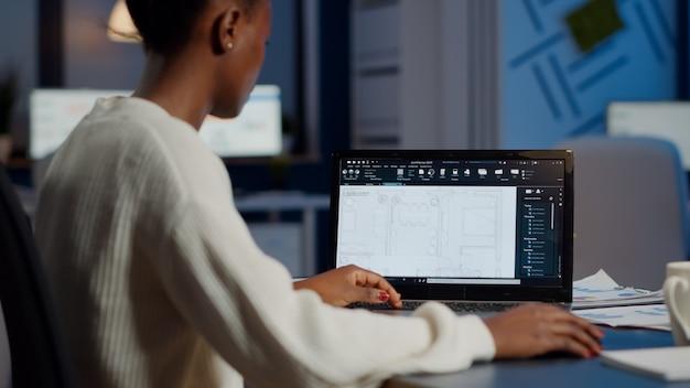 Architecte de concepteur de constructeur d'ingénieur africain analysant le nouveau plan de construction