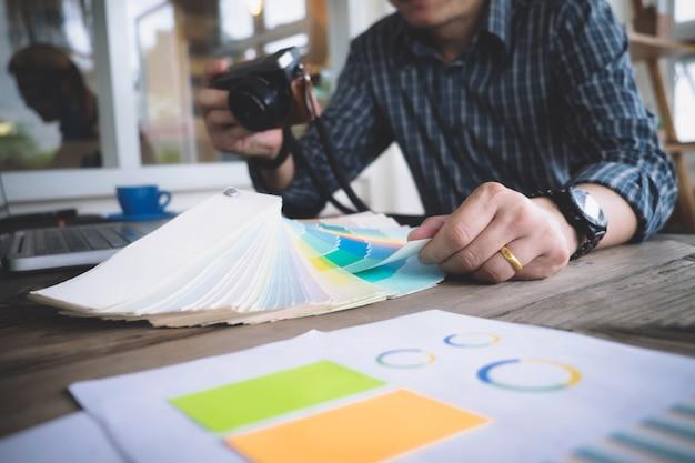 L'architecte ou le designer d'intérieur sélectionne des tonalités de couleurs pour le projet de maison
