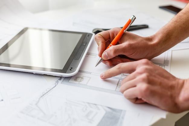 Architecte designer intérieur travail créatif main dessin esquisse plan bleu impression