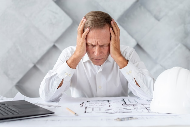 Architecte étant stressé par le projet